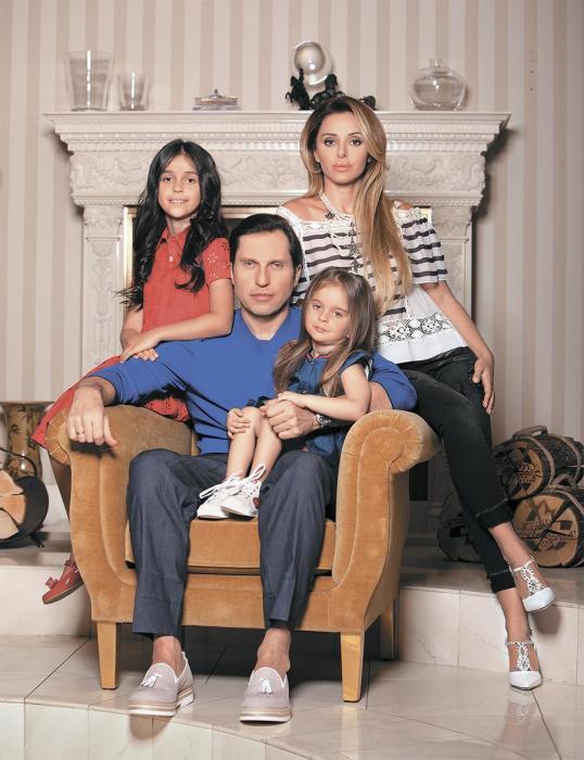 Александр Ревва со своей семьей в загородном доме в Подмосковье.