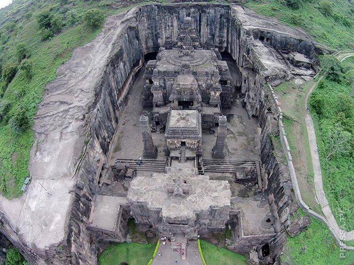 Храм начали вырезать из горной породы с его вершины (Храм Кайласанатха, Индия). | Фото: pressa.tv.