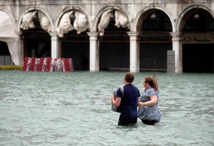 Угрожающий уровень воды в Венеции.