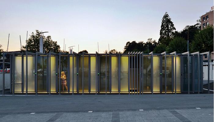Если посетитель закрыл дверь кабинки, стены теряют свою прозрачность (Прозрачный туалет в Лозанне, Швейцария). | Фото: news.21.by.