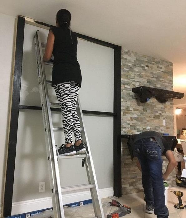 Супруги вместе занимались преобразованием гостиной, создавая акцентную стену.