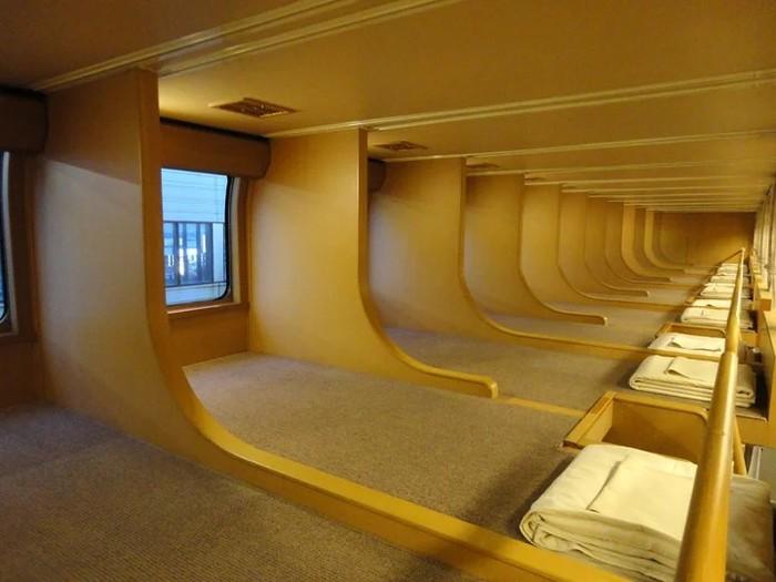 Необычные двухъярусные лежаки в спальных вагонах Японии.
