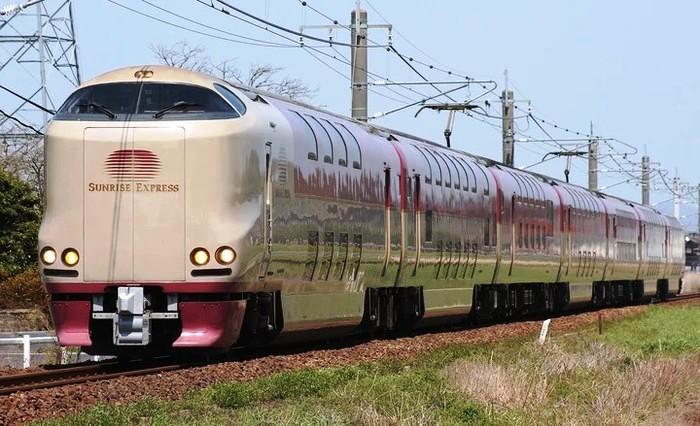 Ночной поезд дальнего следования с двухэтажными спальными вагонами (Япония).