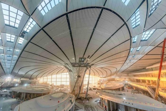 Футуристический интерьер аэропорта способен удивить даже самого предвзятого пассажира («Дасин», Пекин). | Фото: azertag.az.