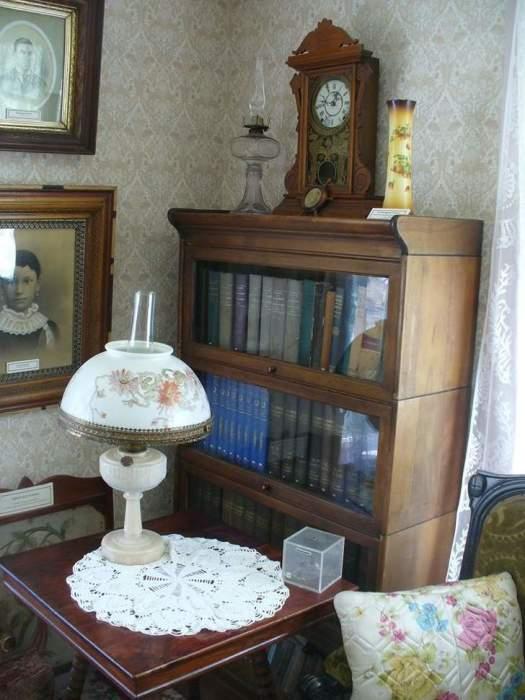 В старинном доме сохранилось очень много антикварной мебели и милых вещичек. | Фото: hronika.info.