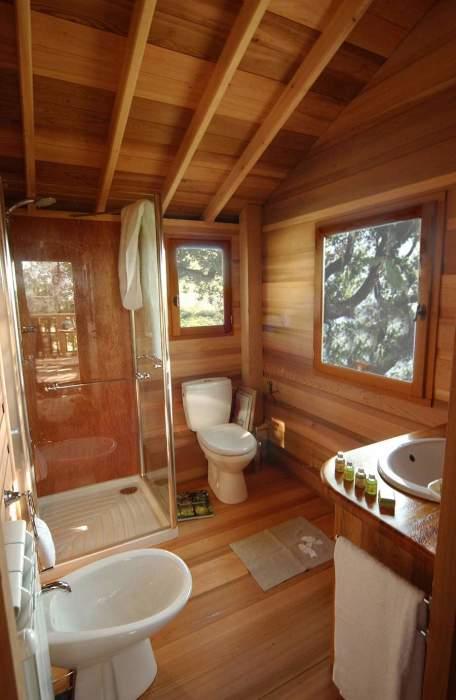 В домике на ветках многовекового дуба есть современная благоустроенная ванная комната (Suite Blue, отель La Piantata). | Фото: hronika.info.