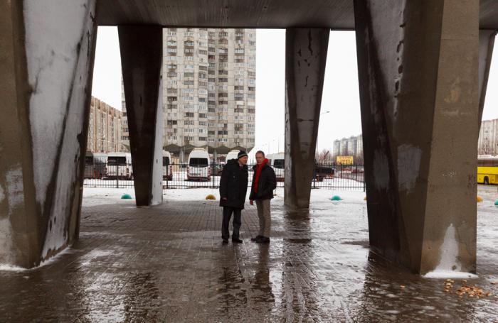 Прохожих уже много лет волнуют два вопроса: «Как они стоят? Как люди не боятся в них жить?». | Фото: pikabu.ru.
