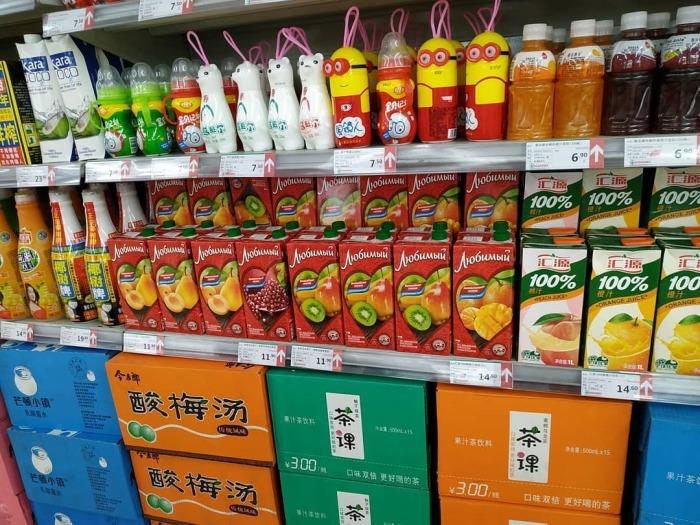 В крупных супермаркетах можно увидеть целые стеллажи и даже пролеты с российской продукцией. | Фото: pikabu.ru.