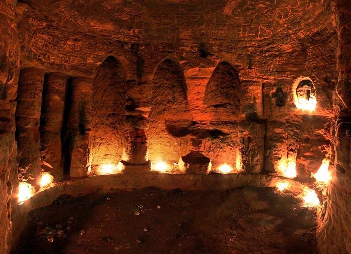 Фотографии, подчеркивающие таинственную атмосферу пещеры, были сделаны Майклом Скоттом.