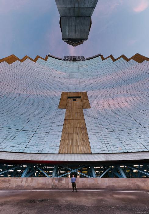 Параболический гелиоконцентратор состоит из 214 блоков, размером 4,5х2,25 метра, по 50 зеркал в каждом. | Фото: pikabu.ru.