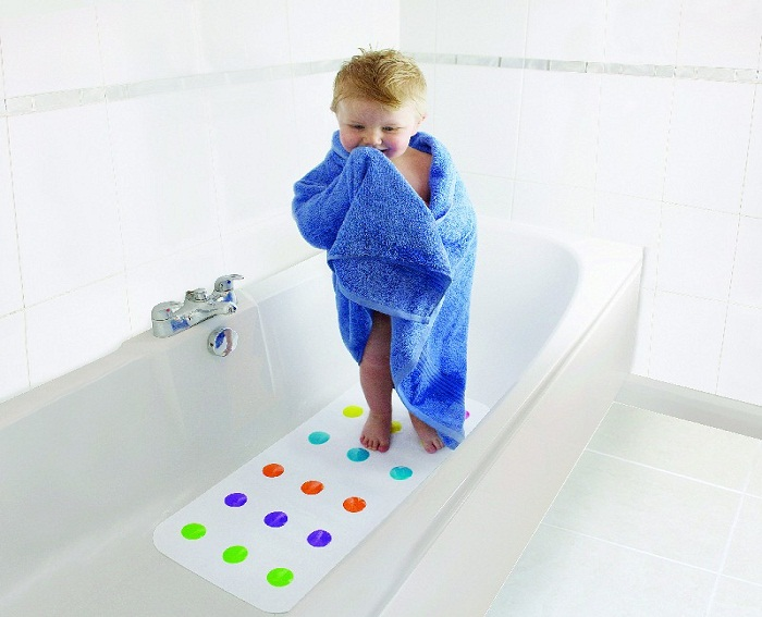 Положите в ванну силиконовый коврик.