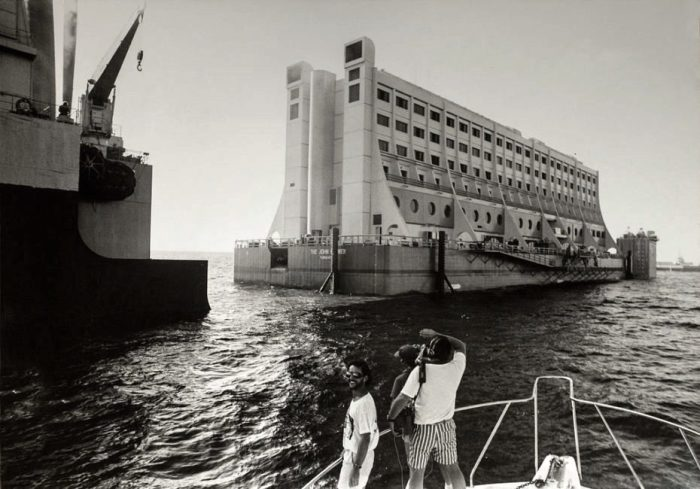 Транспортировка отеля из Сингапура на место первого пристанища. | Фото: pikabu.ru.