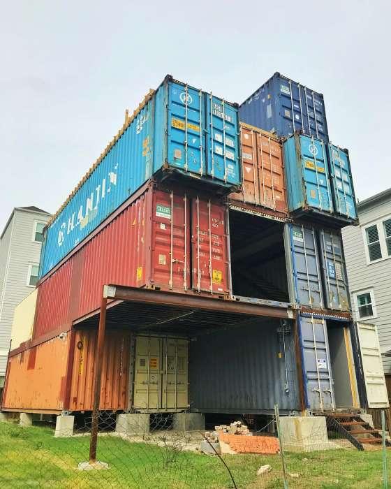 Вот такая форма дома получилась после установки контейнеров (McGowen Container House). twizz.ru.
