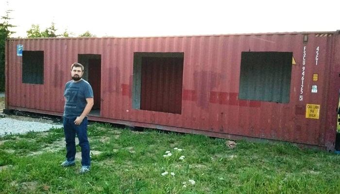 С помощью болгарки были вырезаны все дверные и оконные проемы. | Фото: pro-remont.mediasalt.ru.