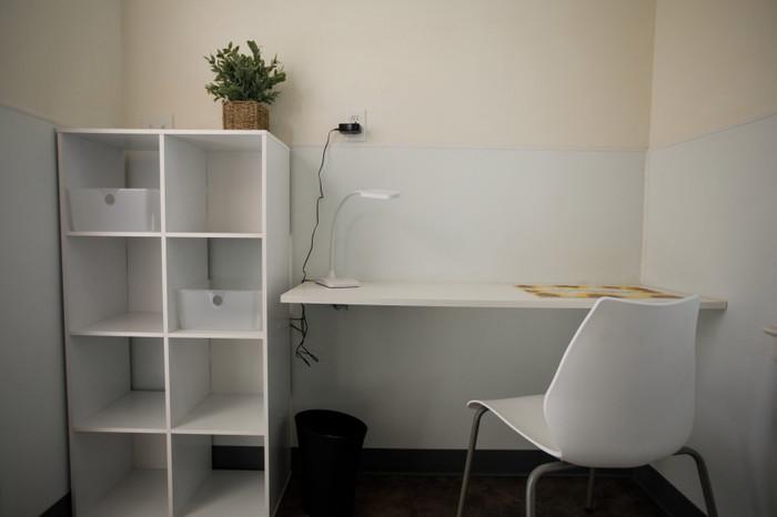 В каждом домике есть рабочая зона со столом, креслом и небольшим шкафом для канцелярских принадлежностей и книг («Bridge Housing Community», Сан-Хосе). | Фото: pikabu.ru.