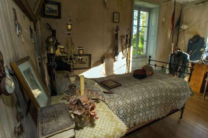 Родители хотели, чтобы комнату погибшего сына не открывали в ближайшие 500 лет (Белабр, Франция). | Фото: twizz.ru.