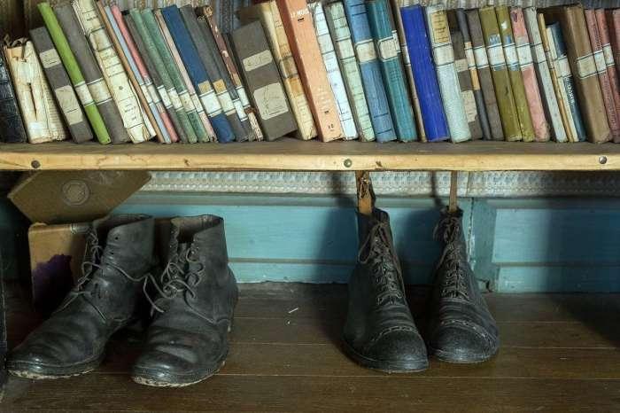 Любимые книги и обувь Хьюберта Рошеро сохранились довольно хорошо (Белабр, Франция). | Фото: tresubresdobles.com.