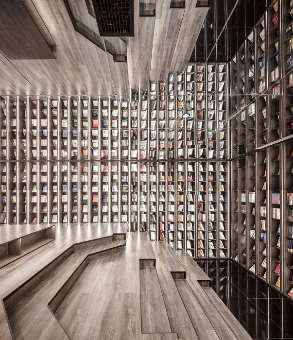 Дизайн актового зала под стать интерьеру всего книжного магазина (Zhongshuge Bookstore, Ningbo). | Фото: architizer-prod.imgix.net.