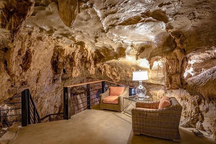 Интерьер отеля Beckham Creek Cave Lodge гармонично вписался в природную структуру пещеры.