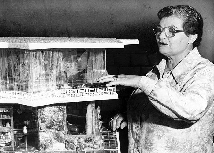 Фрэнсис Гейб представляет свое изобретение в миниатюре.