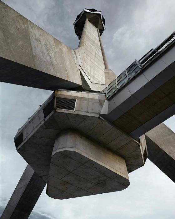 Впечатляющий вид снизу на самую высокую башню Балкан (Авальская телебашня, Сербия). loveopium.ru.