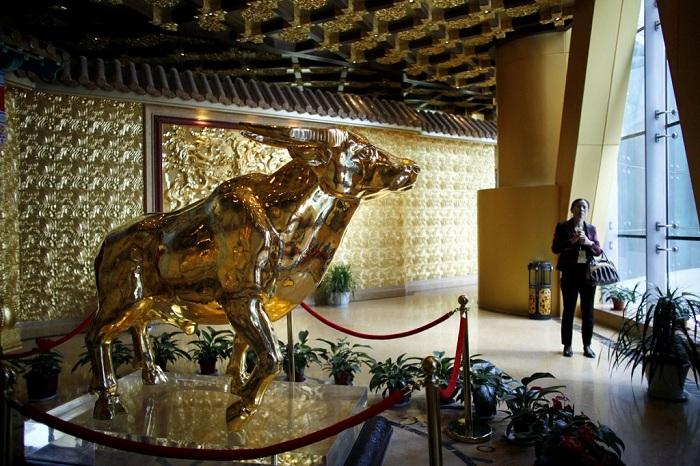 Символ города – золотой бык, расположен в выставочном зале небоскреба.