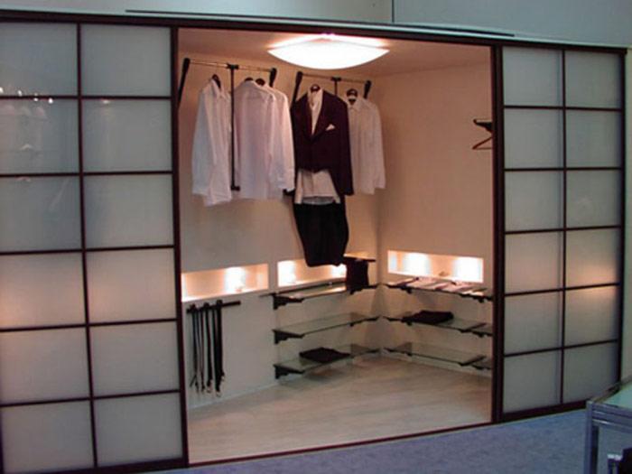 Можно использовать оригинальный шкаф-гардеробную.