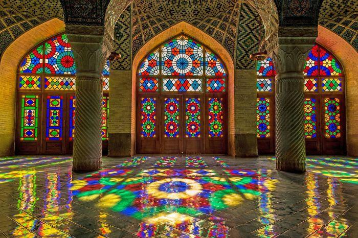 Мечеть оживает с каждым восходом солнца лучи которого, проходя сквозь яркие витражи и отражаясь в мозаике и плитке (Nasir al-Mulk, Иран). | Фото: ru.wikipedia.org.