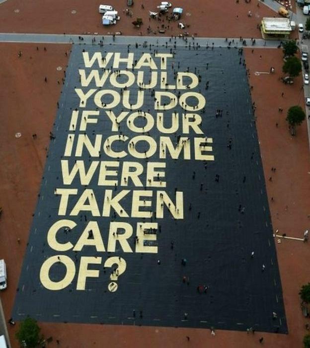 Гигантский плакат сторонников идеи гласит: «Что бы вы делали, если бы получали гарантированный доход?»