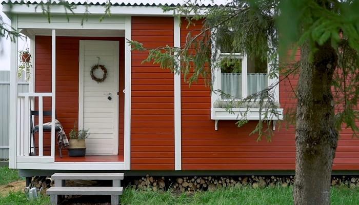 Владельцы выбрали красно-коричневый для фасада их крошечного дома. | Фото: cpykami.ru.