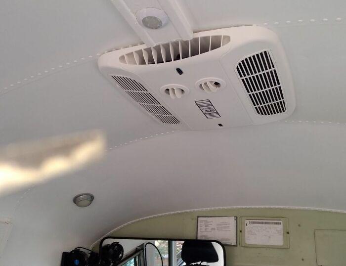 В автобусе установили кондиционер, который спасет и от жары, и от морозов (Adelita). | Фото: nevsedoma.com.ua.