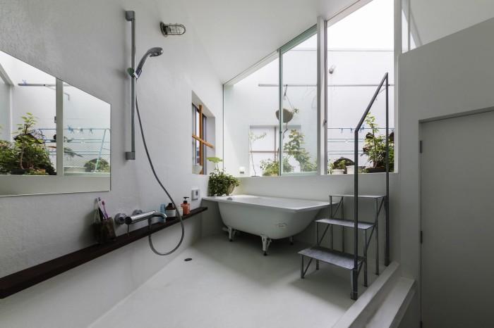 В ванной комнате есть одна только дверь и та ведет на открытую террасу. | Фото: wday.ru.
