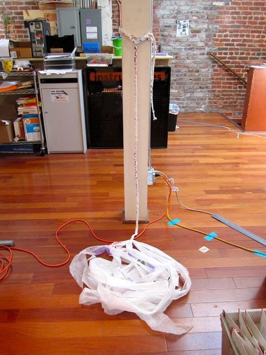 Когда сплетете несколько метров, лучше закрепить «пряжу» на более объемном и устойчивом предмете.