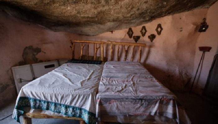Хозяйская спальня в пещерном доме. | Фото: radarmedia.net.