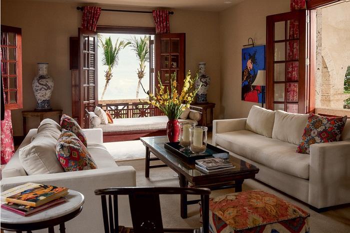 Внутреннее убранство гостиной: антикварные вазы, привезенные из Китая, картина доминиканского художника Германа Переса, стильная мебель из Испании.   Фото: Тьяго Молинос (Tiago Molinos).