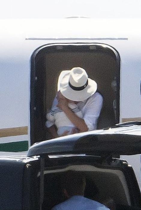 Вездесущие папарацци запечатлели герцогиню Сассекскую, выходящую из частного самолета Cessna Citation Sovereign с сыном на руках. | Фото: m.eirinika.gr.