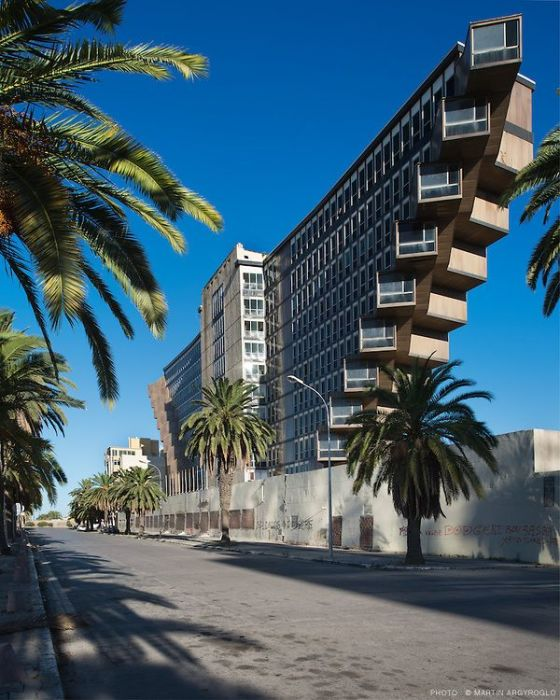 Hotel du Lac стал самым популярным и узнаваемым местом в Тунисе. | Фото: cairobserver.com.