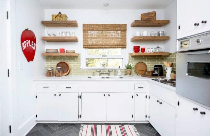 Такие полки помогут разгрузить визуальное пространство кухни.