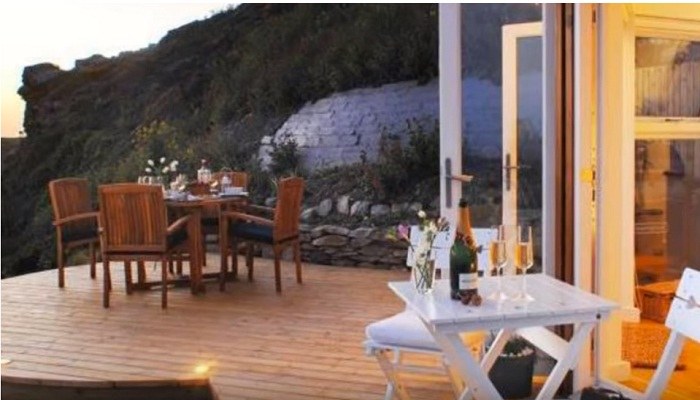 Открытая терраса позволяет провести романтический ужин, любуясь закатом солнца.