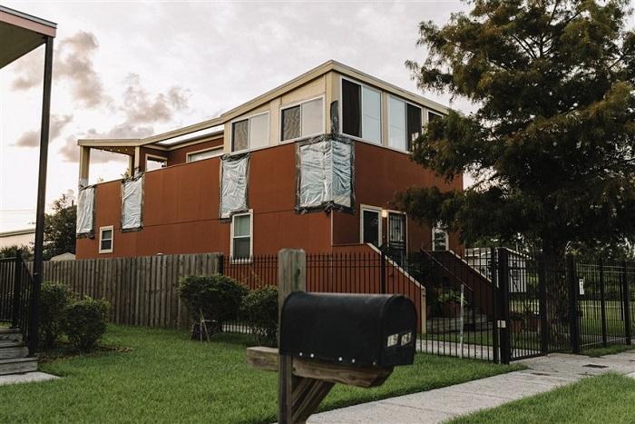 Дом, построенный фондом «Make it Right», совсем недавно, но уже в таком плаченом состоянии.