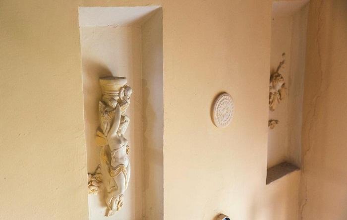 Оригинально оформленные ниши органично вписываются в общий ансамбль всего подъезда.