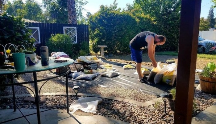 Пленку засыпают гравием слоем не меньше 5 см (So Cal, Калифорния). | Фото: lemurov.net/ © Tiffany.