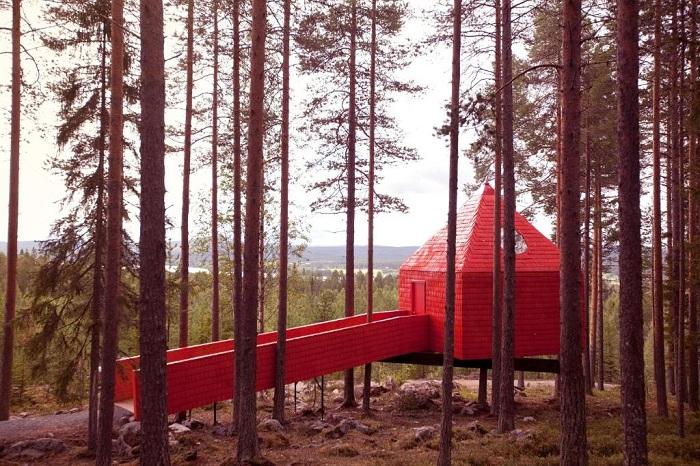 Blue Cone – ярко-красный домик на дереве (Гостиничный комплекс Treehotel, Швеция). | Фото: 101hotels.ru.