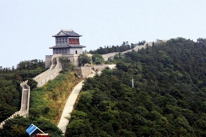 Фрагмент Великой Китайской стены в «Парке мира» (Хуаси, Китай).
