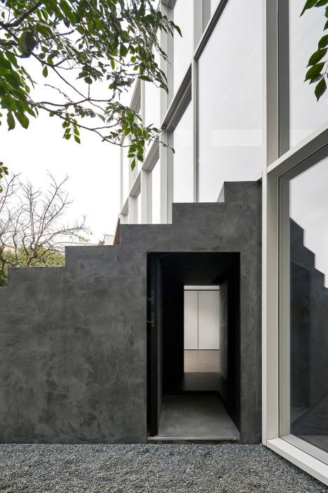 Гигантская лестница служит скульптурным украшением, а в дом и на этажи ведет лестница внутри нее. | Фото: worldarchitecture.org.