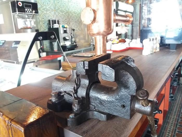 Непривычные для обычных кафе аксессуары будоражат воображение посетителей (своеобразный держатель салфеток).