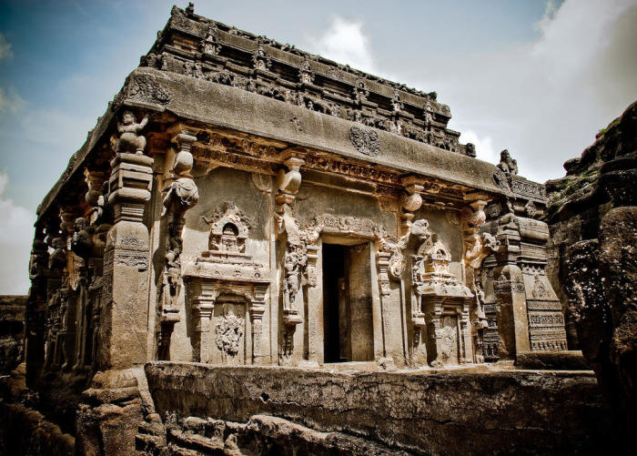 Святилище, высеченное из монолитной скалы и украшенное резьбой, занимает площадь 1980 м² (Kailasanatha, Индия). | Фото: weekend.rambler.ru.