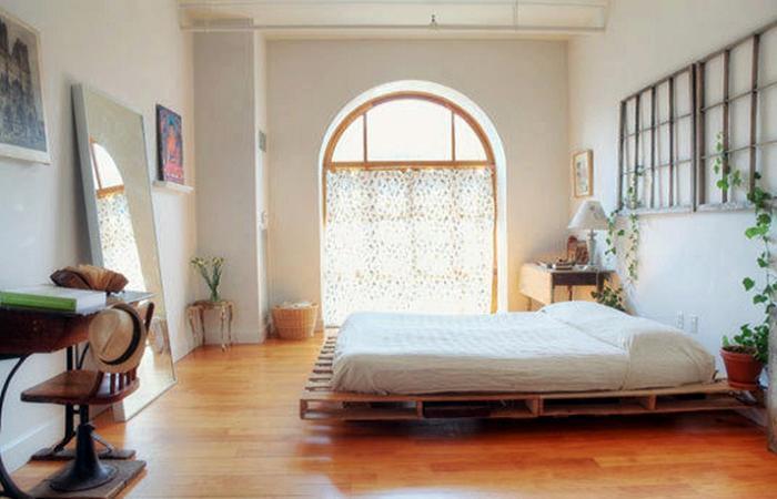 Минимализм в оформлении спальни.