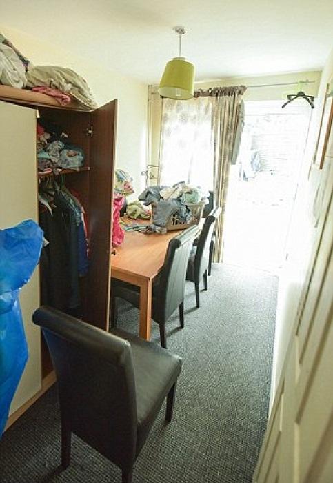 Это одна из комнат дома, которая предположительно служит столовой.