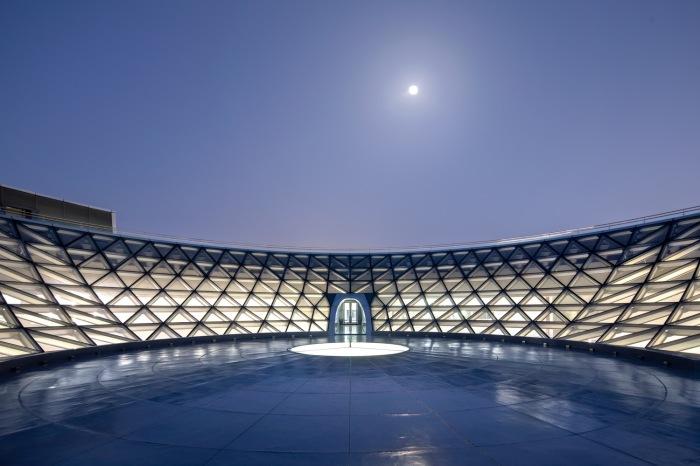 Любой из посетителей, попавший в центр перевернутого купола, сможет наслаждаться полным единением со Вселенной (The Shanghai Astronomy Museum, Китай). | Фото: archdaily.com.